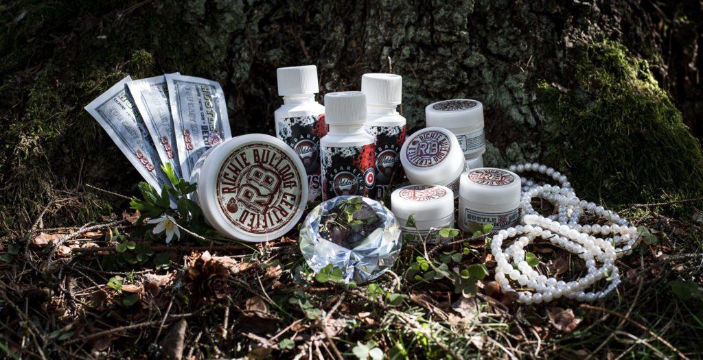 Tillgängliga eftervårdsprodukter - Wildcat antiseptisk tvål och Hustle Butter Deluxe tatueringssalva.  Produktfoto av Sandra Wärn